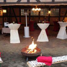 Partybereich am Abend mit Feuer