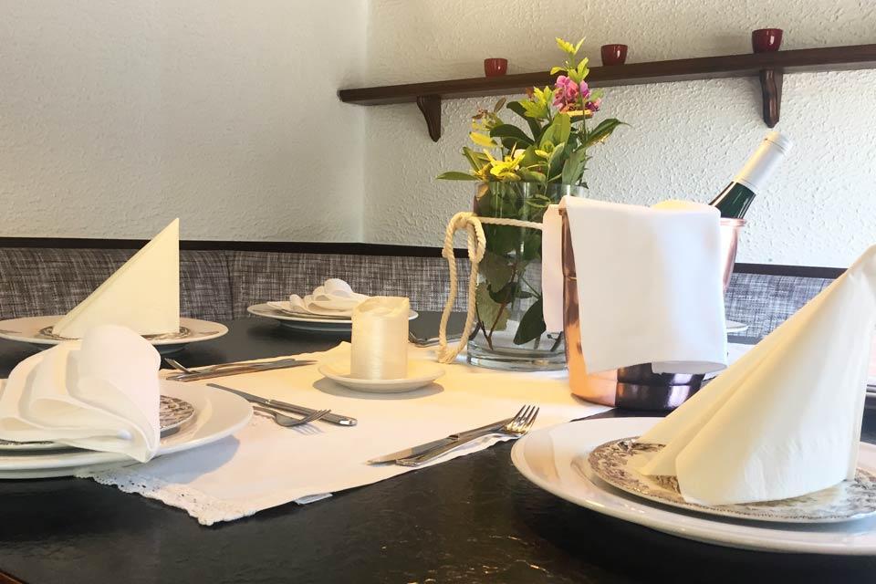 Eingedeckter Tisch im Restaurant Balkanhaus Bei Uschi